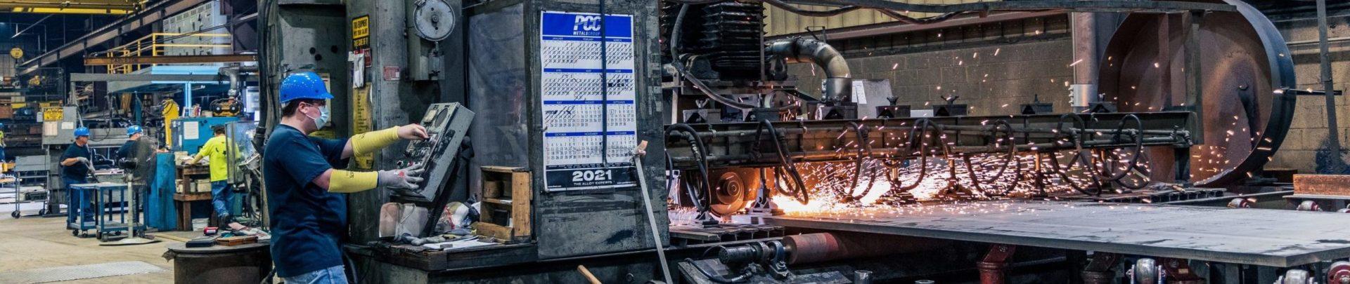 Industrie-Mitarbeiter bedient Fertigungsanlage